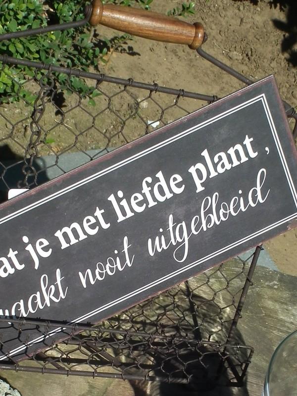 Tekstbord : Wat je met liefde plant, raakt nooit uitgebloeid