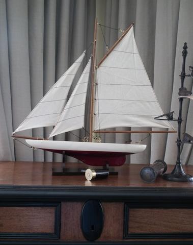 Zeilboot wijnrode kiel
