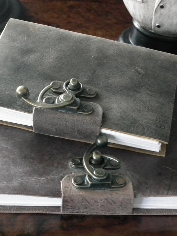 Schrijfboek met slot en lederen omslag groot