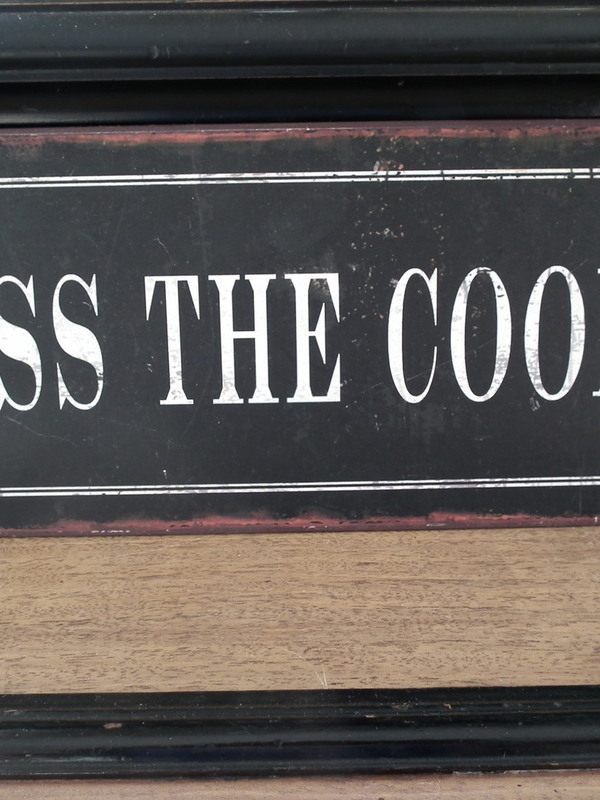 Tekstbord: Kiss the cook