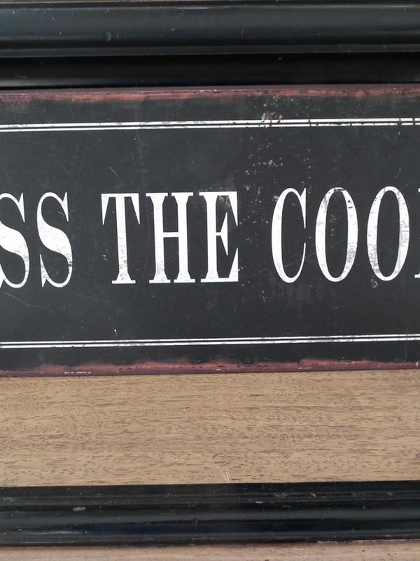 Tekstbord: Kiss the cook