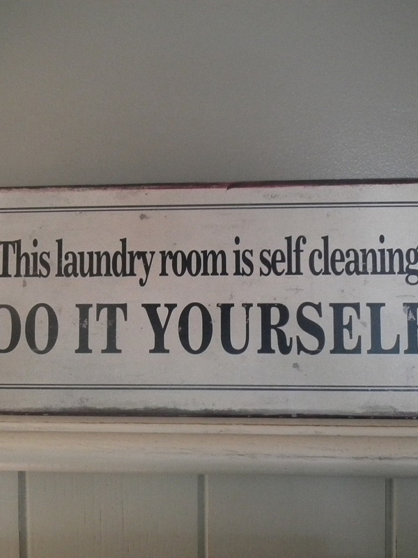 Tekstbord: This laundry room is self cleaning do it yourself!