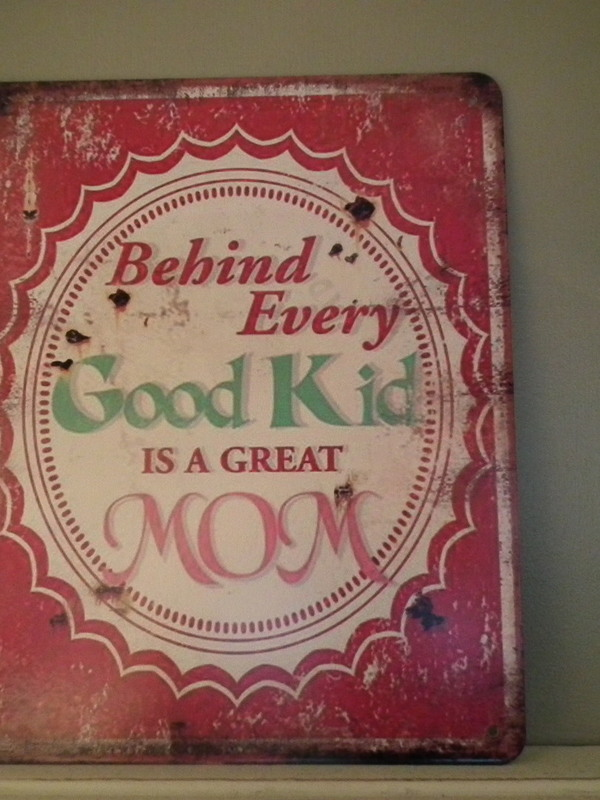 Tekstbord: Behind every good kid is a great mom