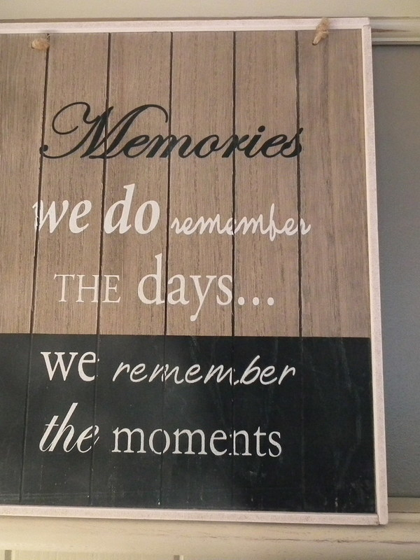 Tekstbord: Memories we do remember the days... We remember the moments