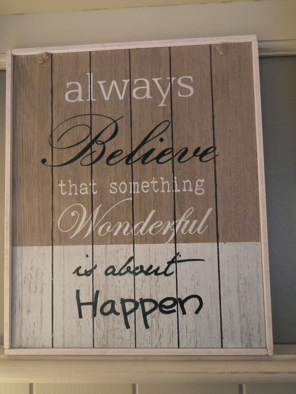 Tekstbord: Always believe that something wonderful is about happen