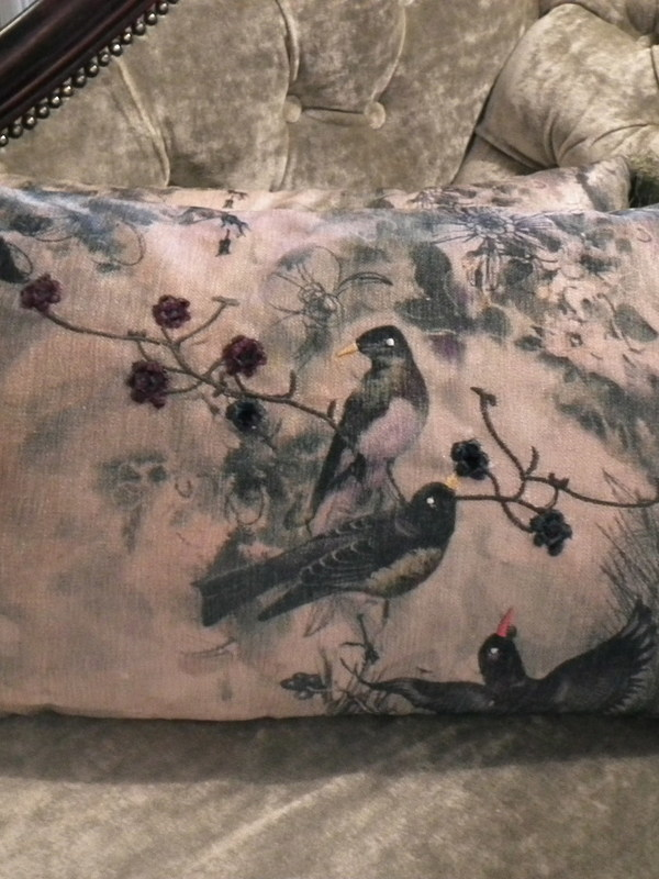 Kussen Elisabeth Green met vogels en geborduurde bloemen