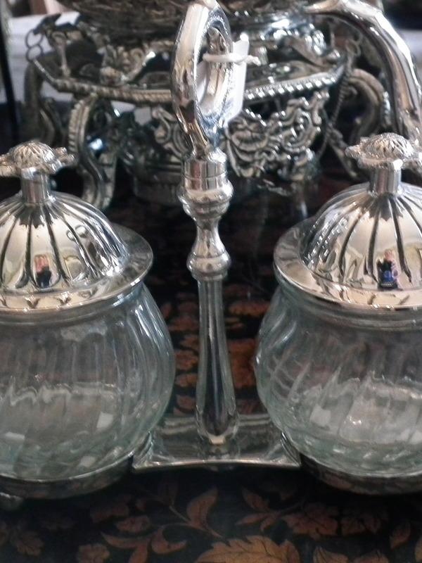 Zilveren houder met 2 glazen potjes