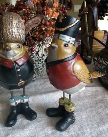 Een leuk set vrolijke gekostumeerde vogeltjes