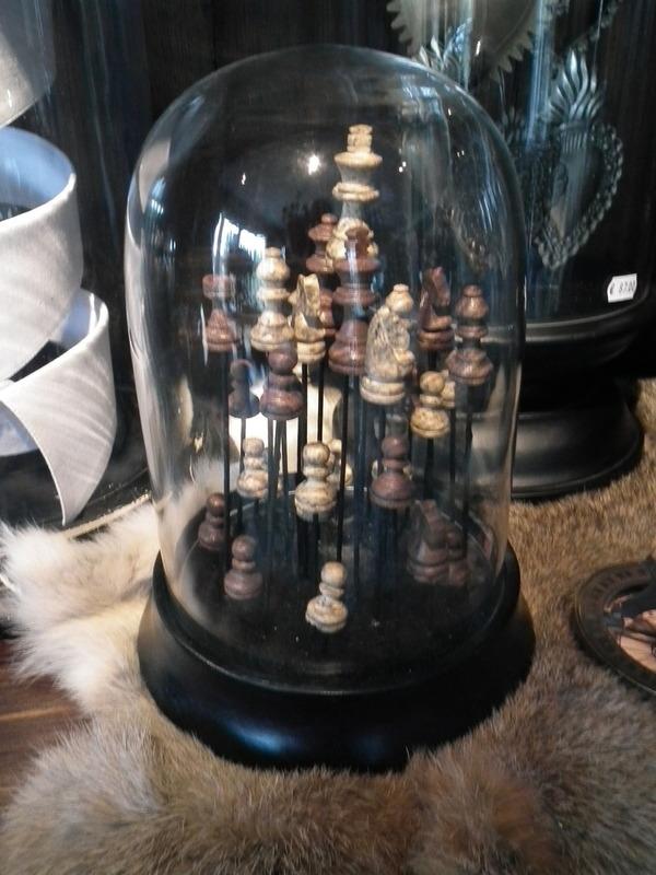 Glazen stolp met schaakstukken