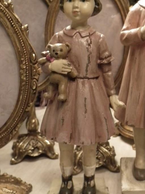 Vintage meisje met beer op voet
