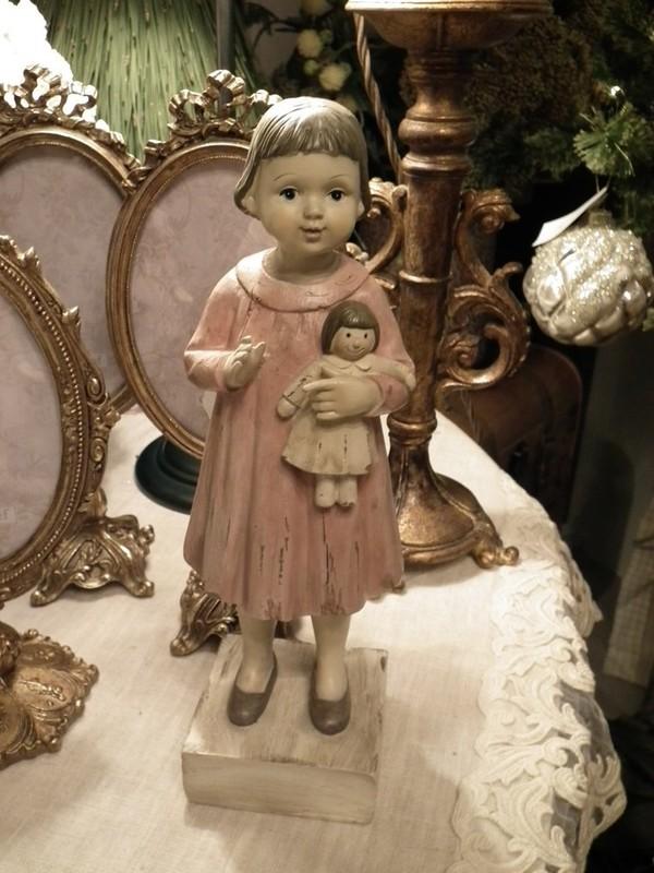 Vintage meisje met pop op voet