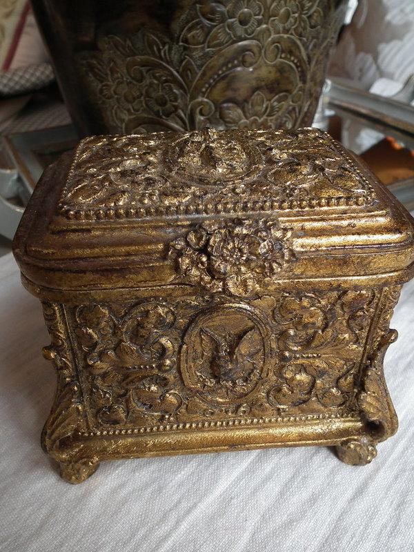 Gouden box in barok stijl