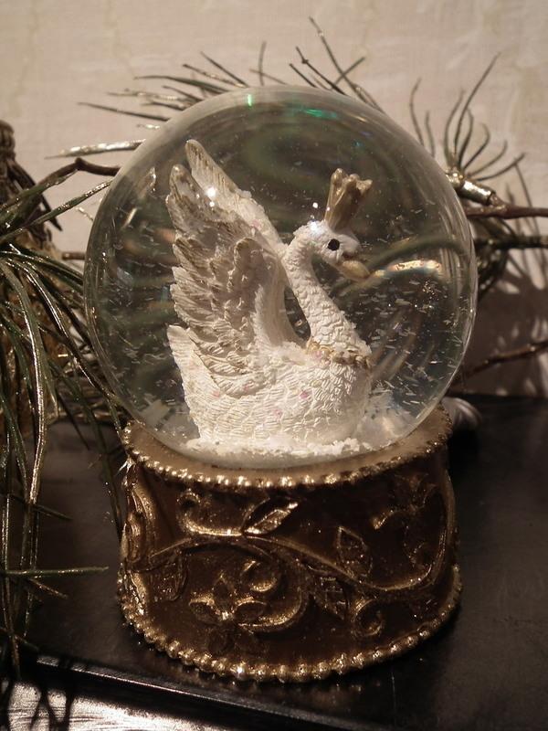 Sneeuw schud bol met zwaan