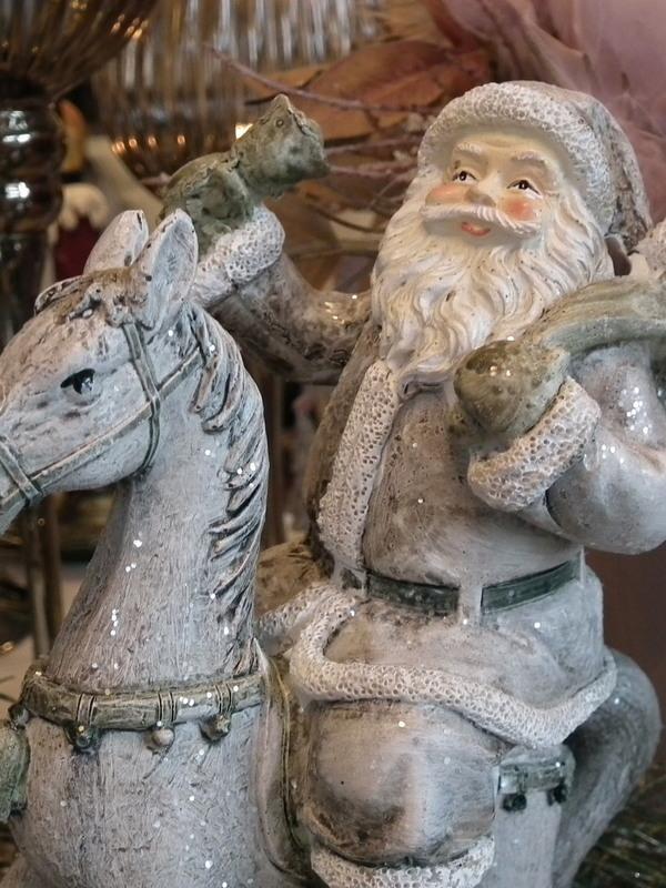 Kerstman op schommelpaard grijzig & wit