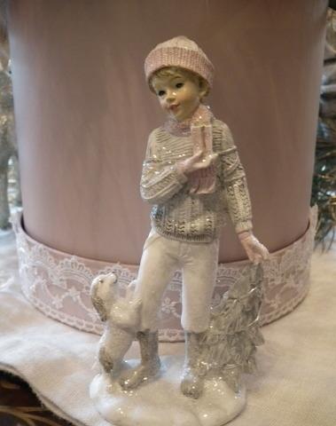 Kerst beeld kind met hond en kerstboom H 15 cm
