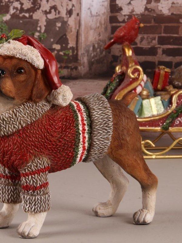 Bruine hond met kerstmuts en trui