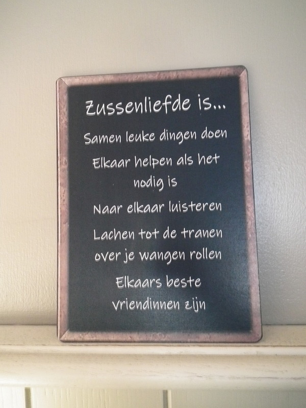 Tekstbord: zussenliefde is...