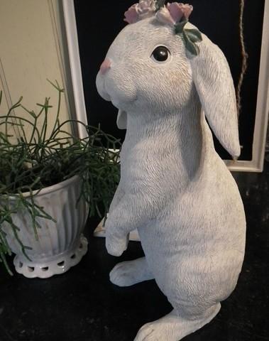 Romantisch vintage konijn met roosjes op haar hoofd