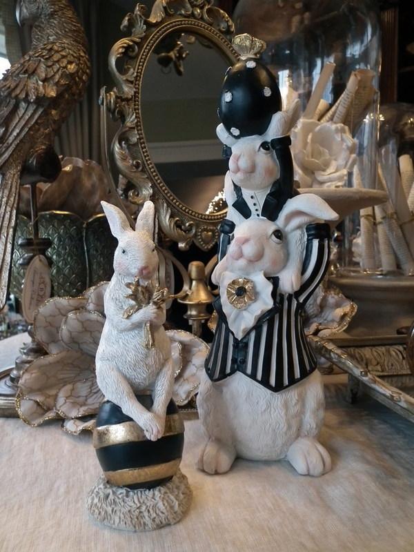 Vader konijn met kind op schouders en ei