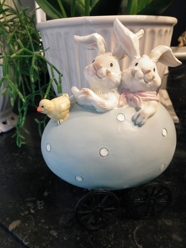 Twee konijntjes in ei op wieltjes
