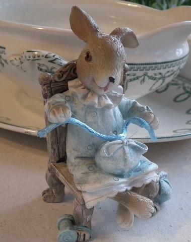 Meisje konijn op stoel