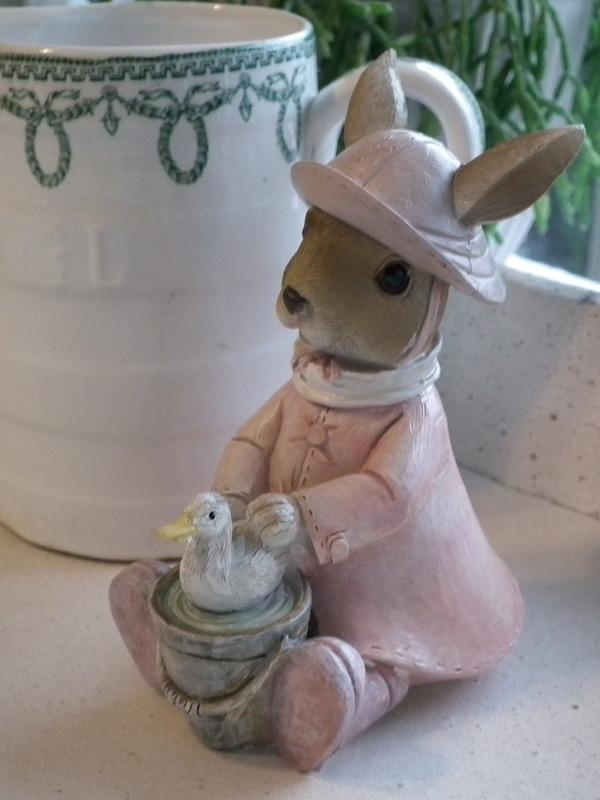 Meisjes konijn met emmertje en eend