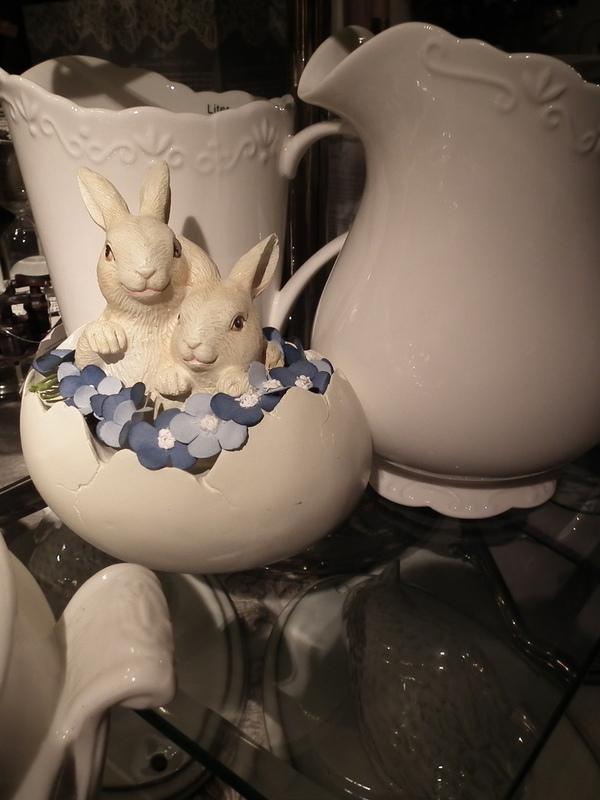 Twee konijntjes in ei met blauw bloemenkransje