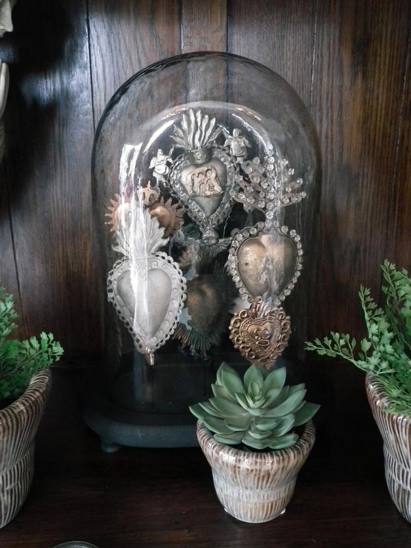 Glazen stolp ovaal met ex voto ornamenten