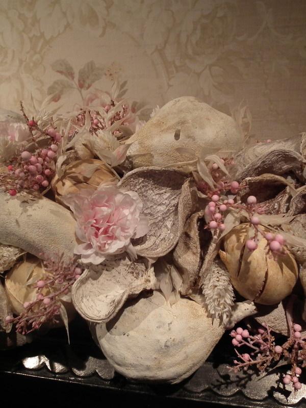 Festoen van vruchten , zijde & strobloemen in beige & roos