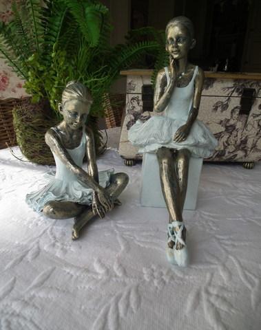 Set van 2 ballerina's zittend