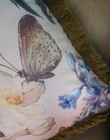 Gebloemd kussen met vlinder en franjes